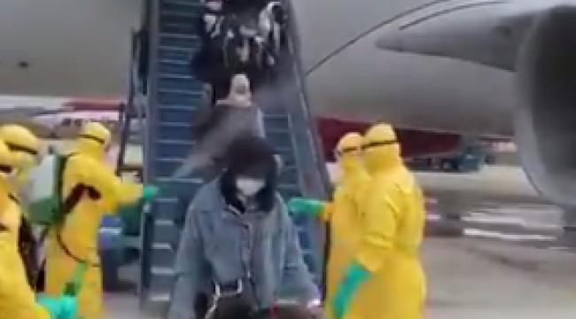 Endonezya'da uçaktan inenlere bakın ne yapıldı?