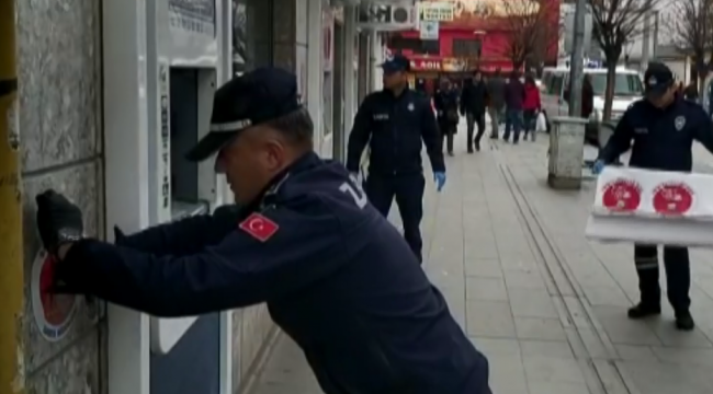 """Banka önleri ve kaldırımlara """"Sosyal Mesafeyi Koruyalım"""" uyarısı"""