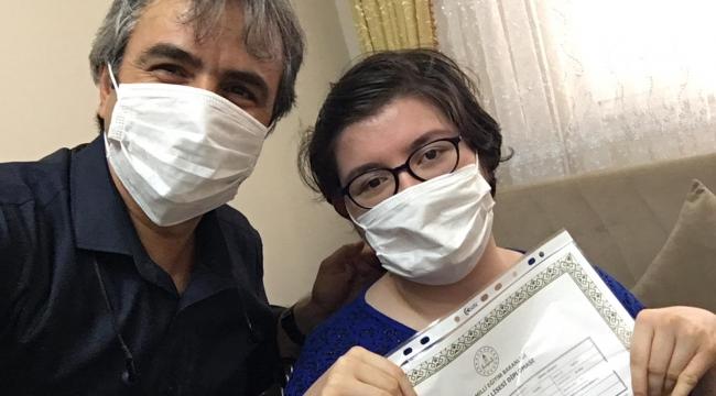 Engelli öğrencinin diplomasını evine kadar götürdü