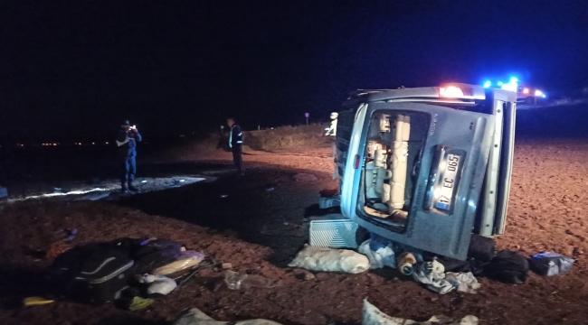Savrulan araçtaki 4 kişi ölümden döndü