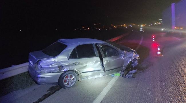 Bariyerlere çarpan otomobildeki 2 kişi yaralandı
