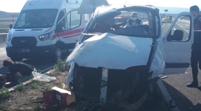 Refüje çarparak takla atan araçtaki 6 kişi yaralandı