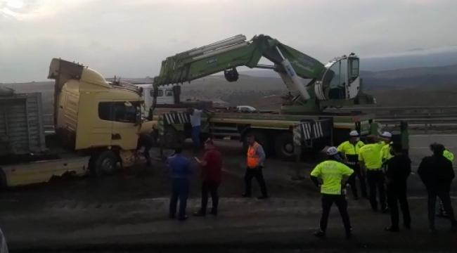 Tır kazası karayolunu saatlerce ulaşıma kapattı