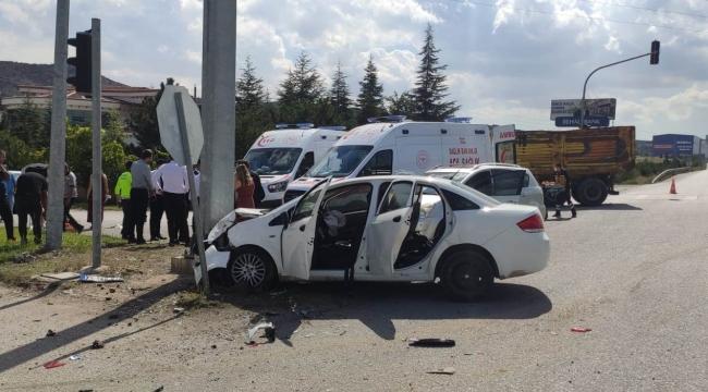 Kavşakta çarpışan iki otomobildeki 5 kişi yaralandı