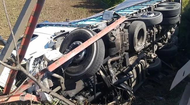 Tekstil yüklü kamyon köprüden aşağı düştü