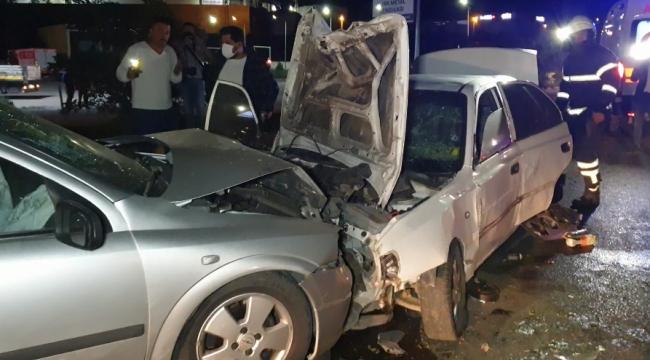 Karşı şeride geçen otomobil, kafa kafaya çarpıştı
